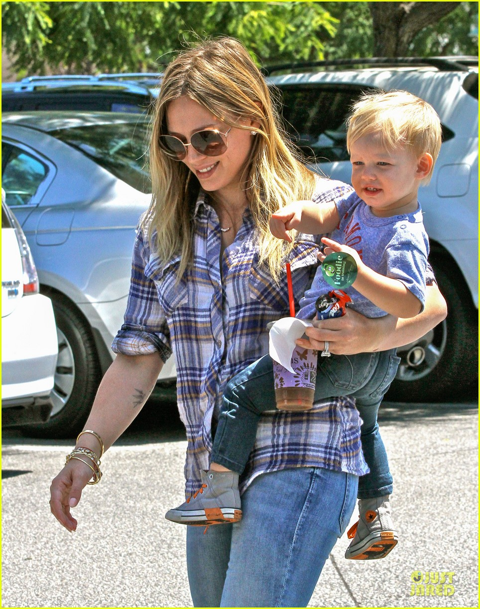 hilary duff mike comrie start weekend with groceries 112927382