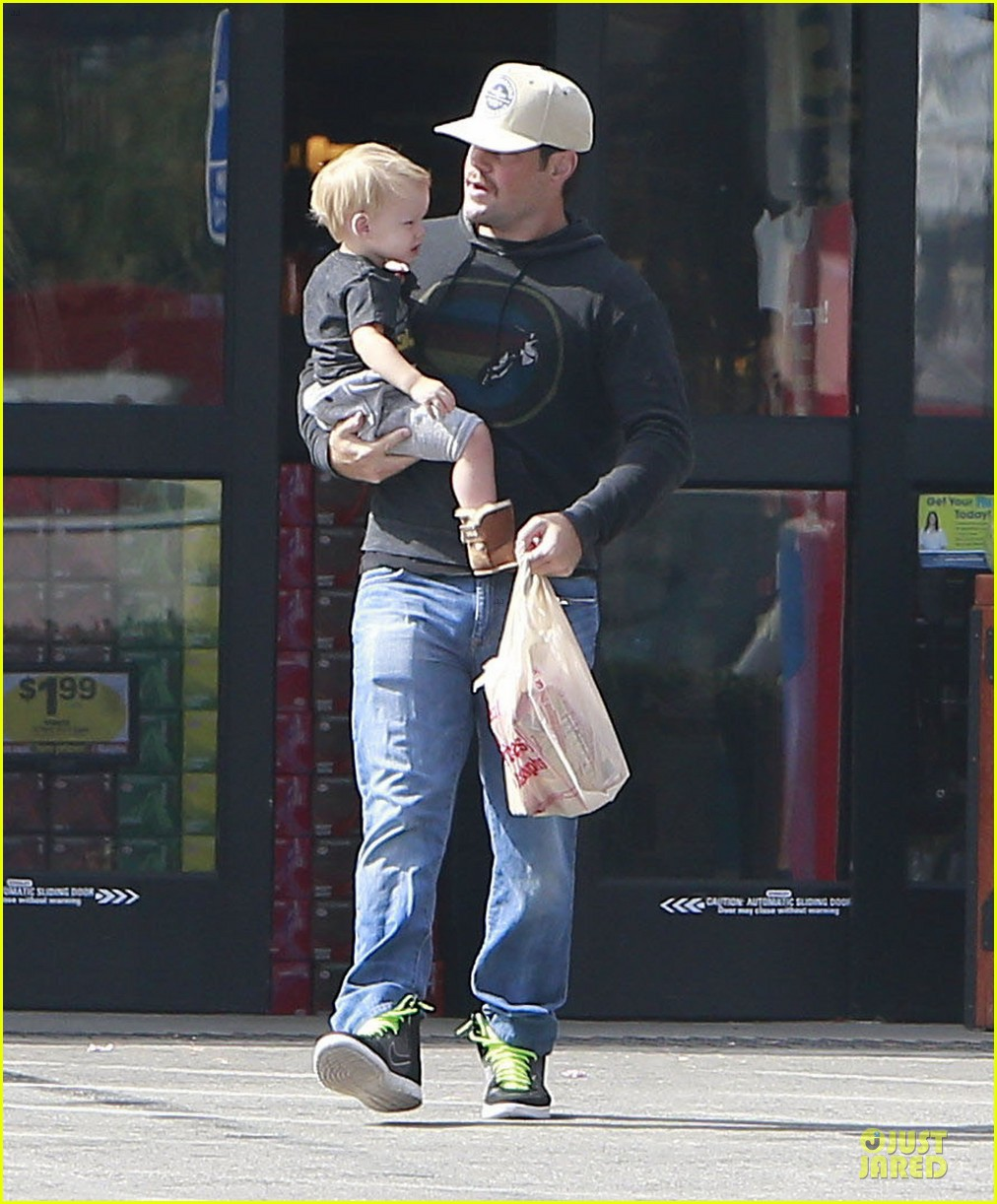 hilary duff mike comrie start weekend with groceries 192927390