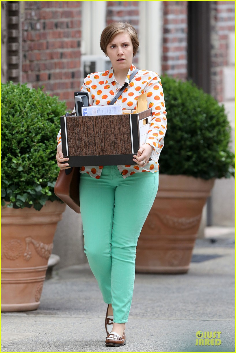 lena dunham box carrying gal on girls set 092934177