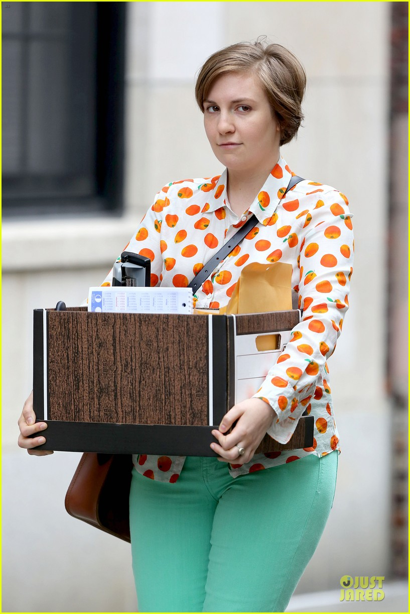lena dunham box carrying gal on girls set 15