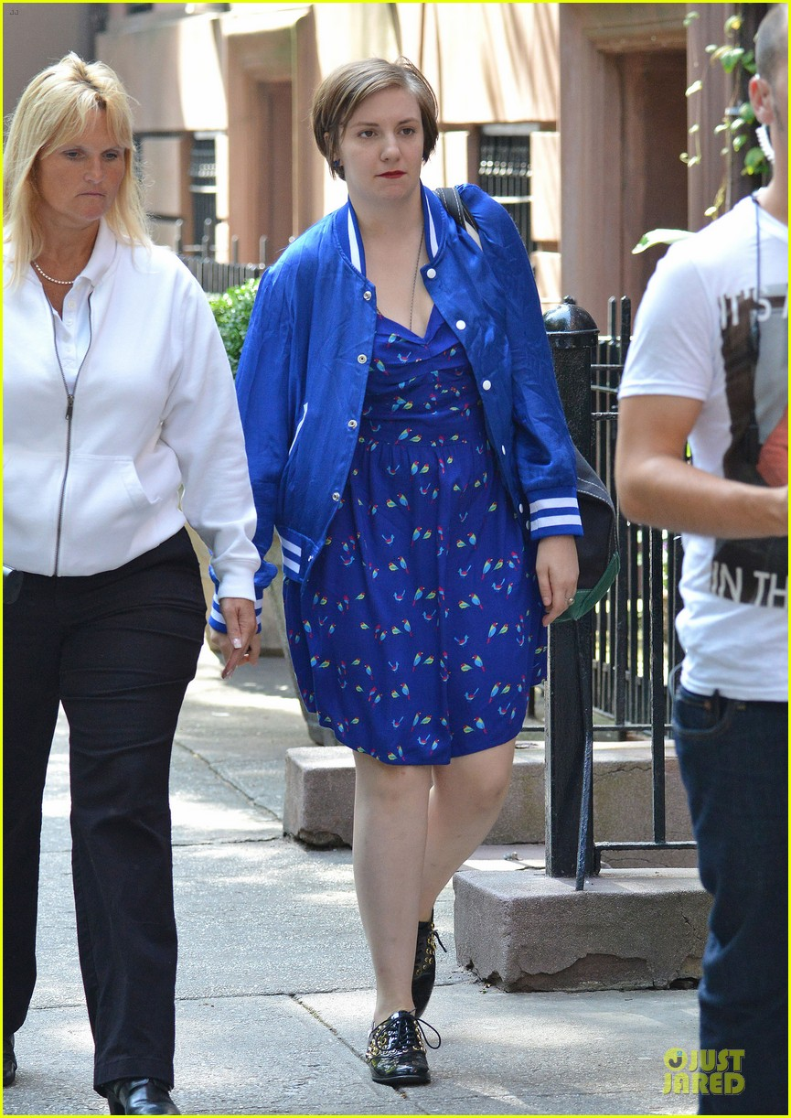 lena dunham box carrying gal on girls set 23