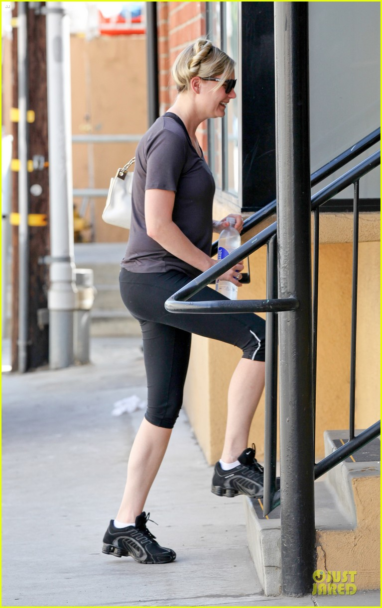 kirsten dunst continues water workout routine 082930363