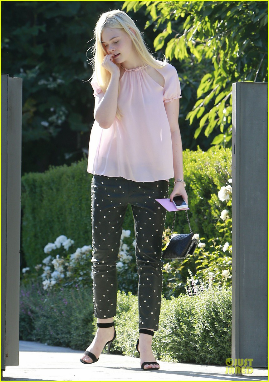 elle fanning visits friends on the weekend 052927539
