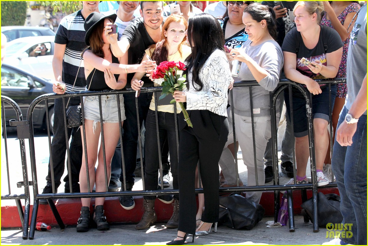 lady gaga poses with fans with fans without applause makeup 10
