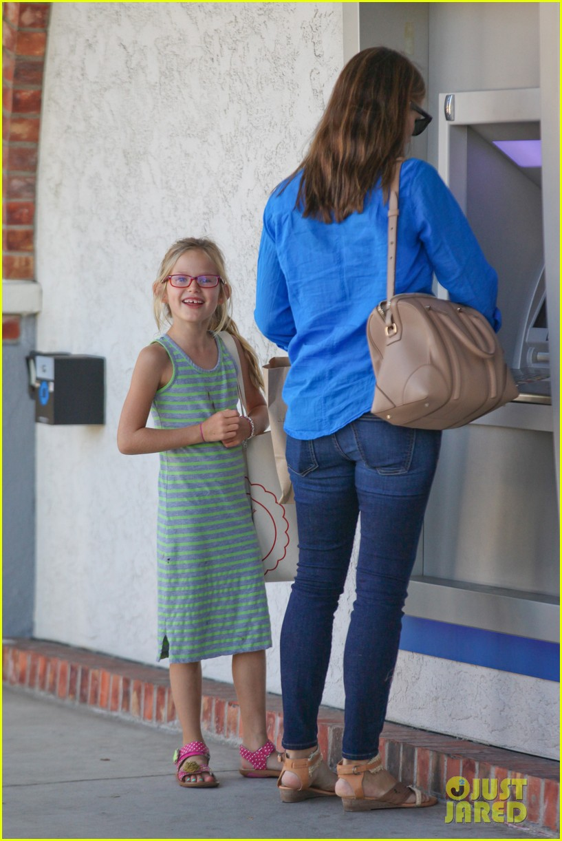 jennifer garner runs errands with violet seraphina 132925321