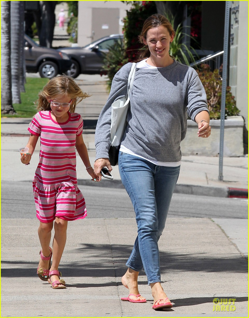 jennifer garner violet start week with errands 01