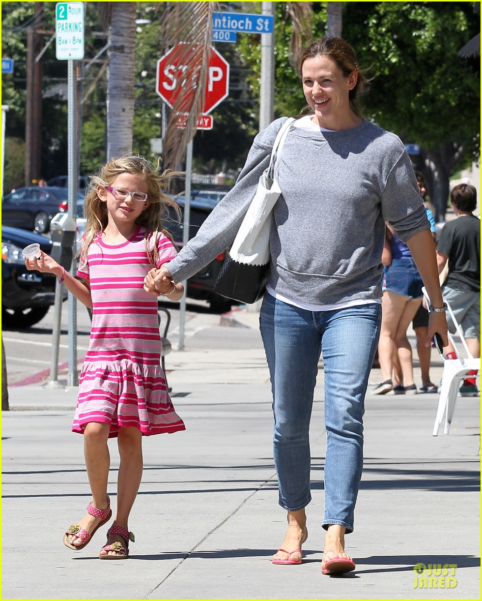 jennifer garner violet start week with errands 092924602