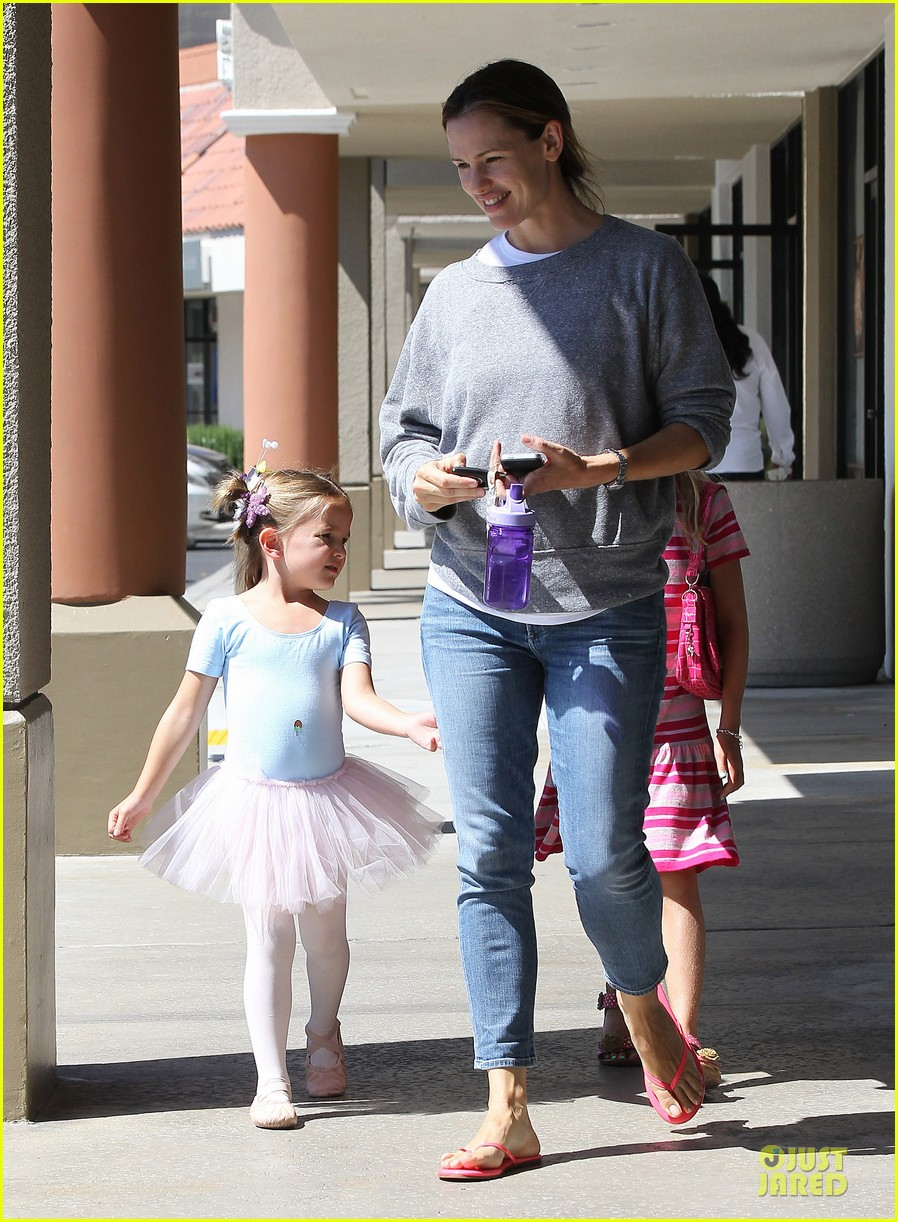 jennifer garner violet start week with errands 33