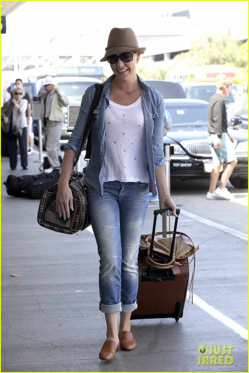 katherine heigl wheels her luggage at lax 08