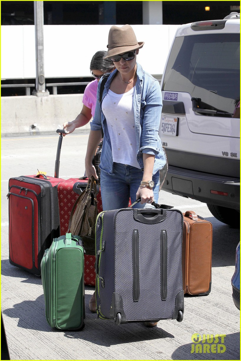 katherine heigl wheels her luggage at lax 10