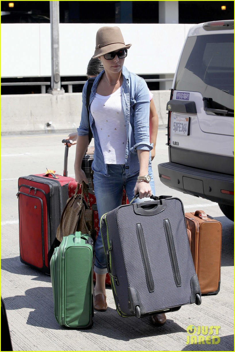 katherine heigl wheels her luggage at lax 16