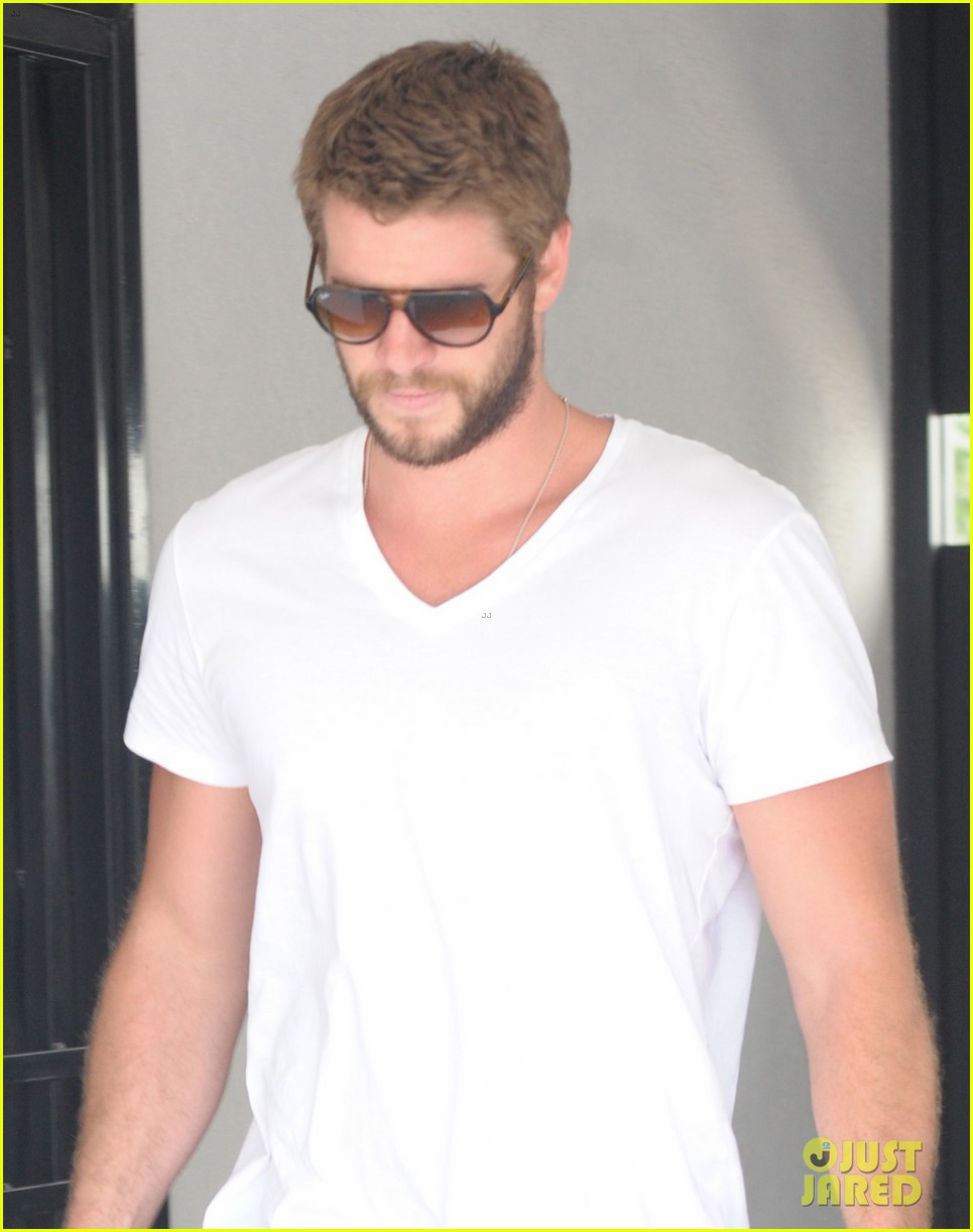liam hemsworth miley cyrus plans on growing hair long 02