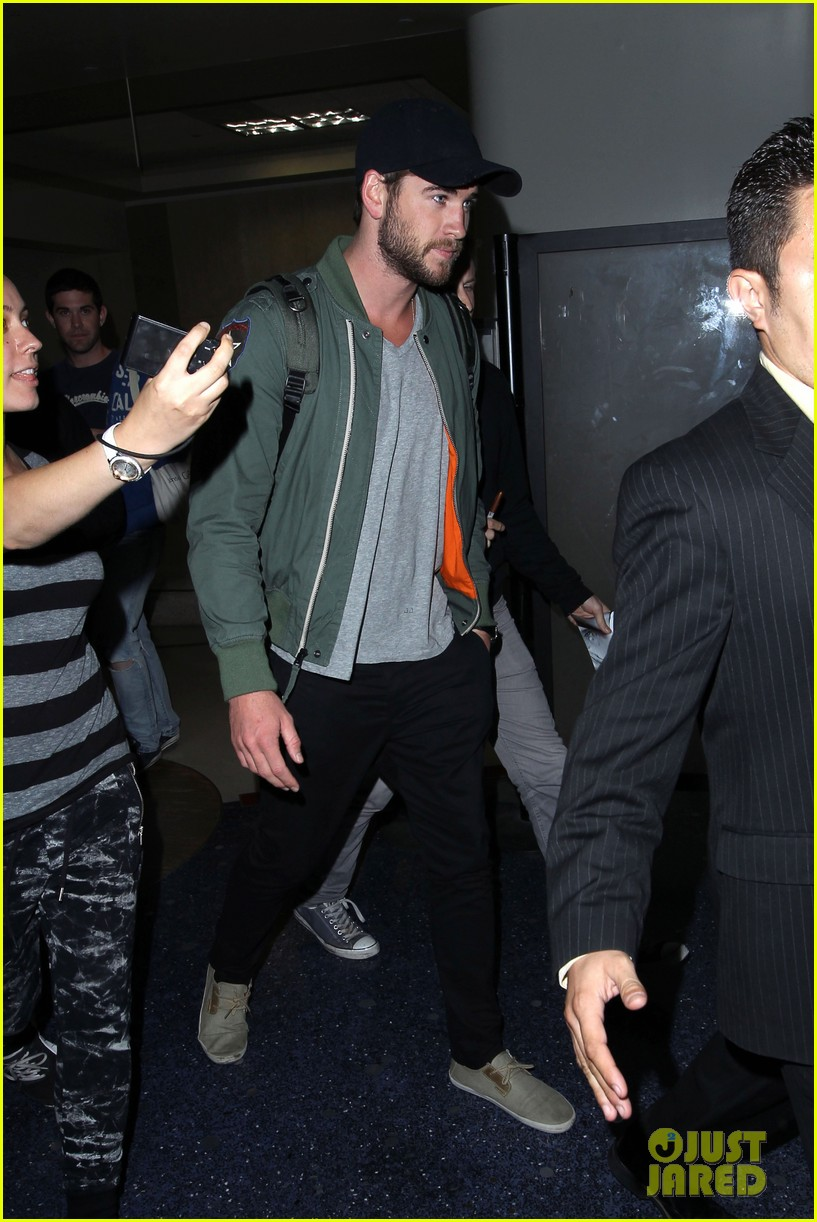 liam hemsworth daily show with jon stewart visit 05