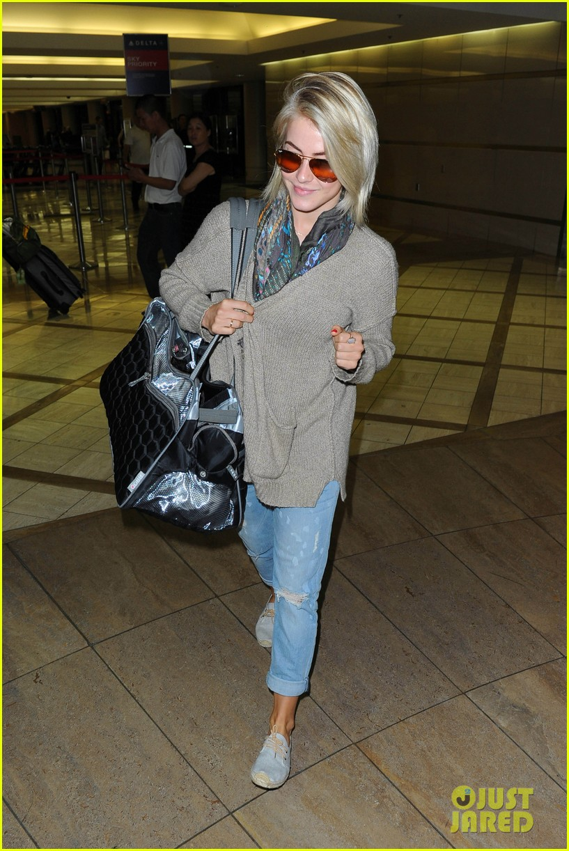 julianne hough flies out of lax after girls night 36