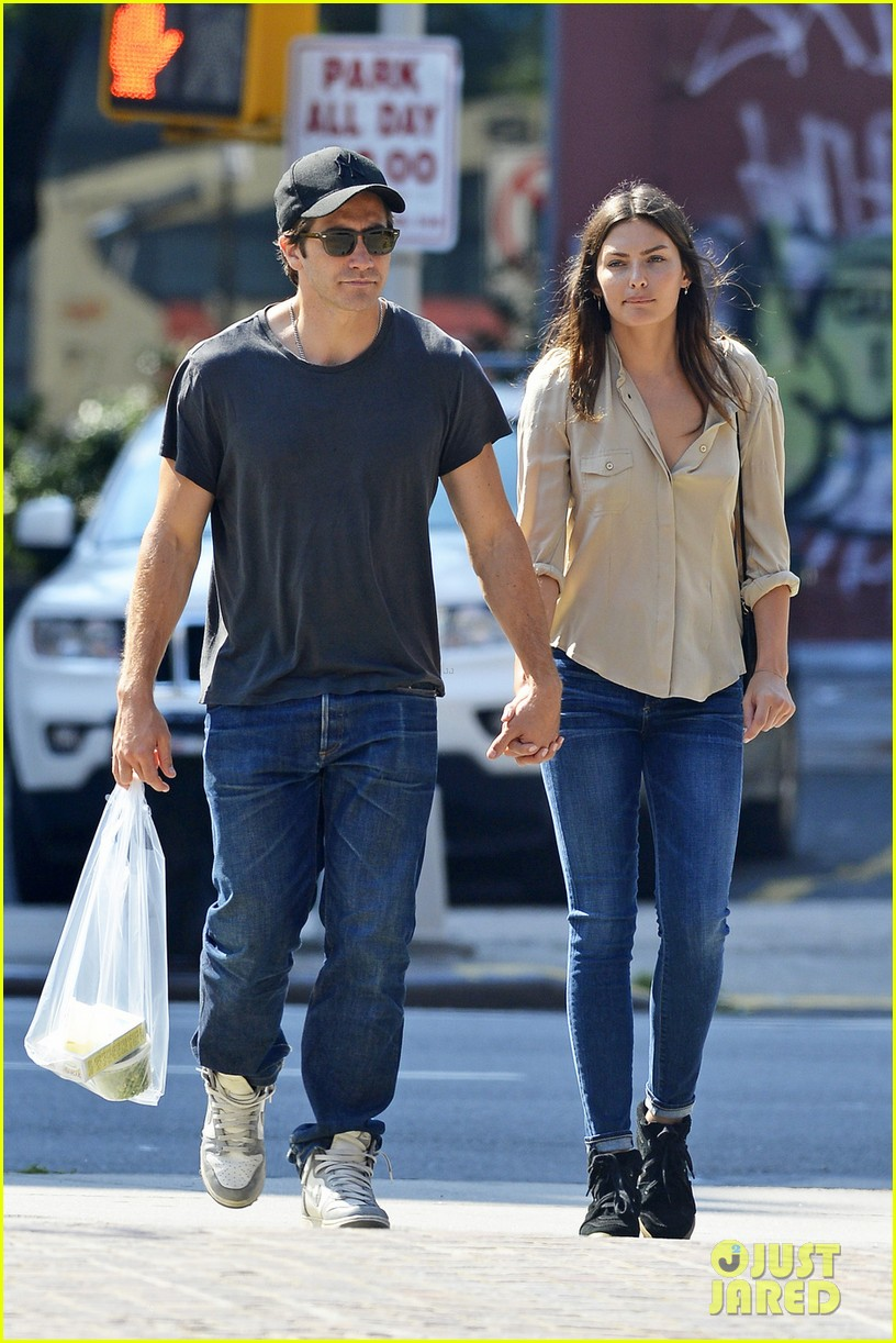jake gyllenhaal alyssa miller hold hands in tribeca 032923205