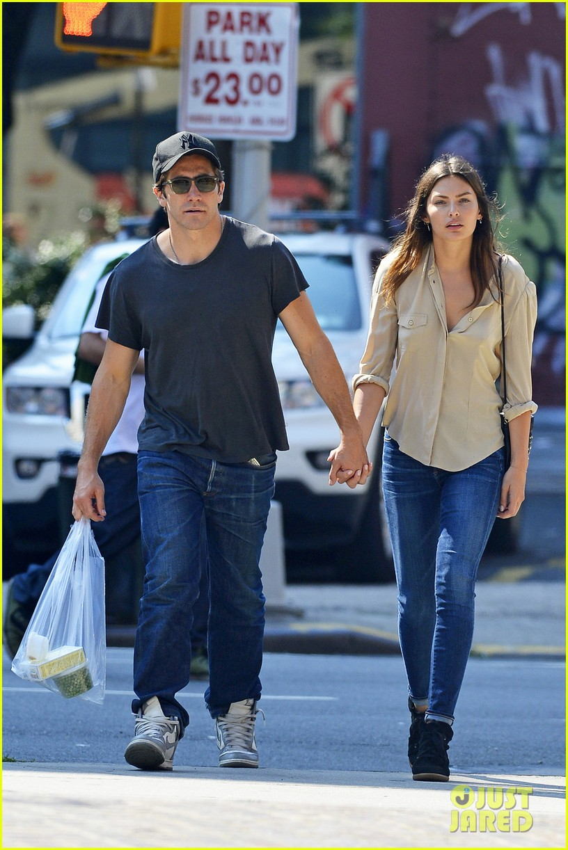 jake gyllenhaal alyssa miller hold hands in tribeca 042923206