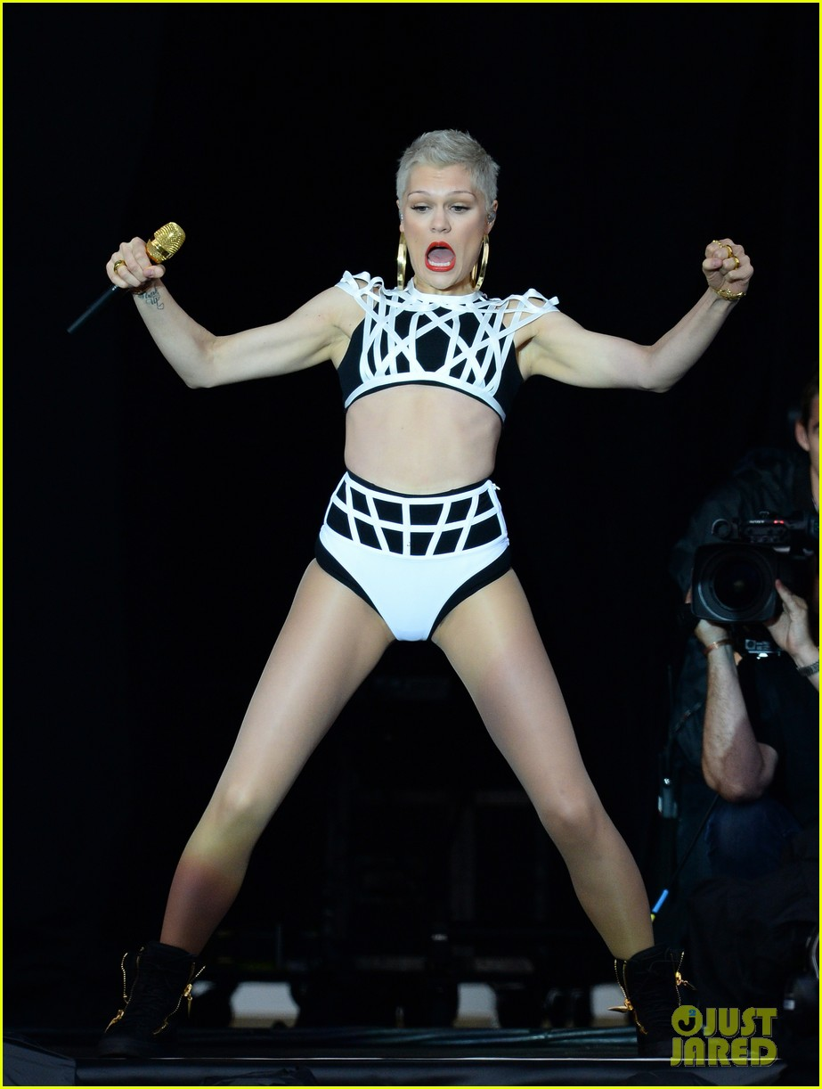 jessie j bares midriff during v festival performance 07