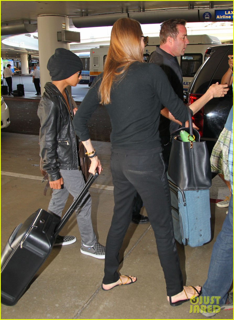 angelina jolie lands in los angeles with maddox 212931047