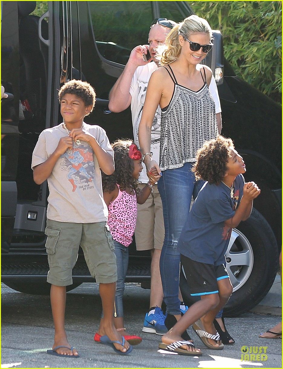 heidi klum martin kirsten beach bike ride with kids 09