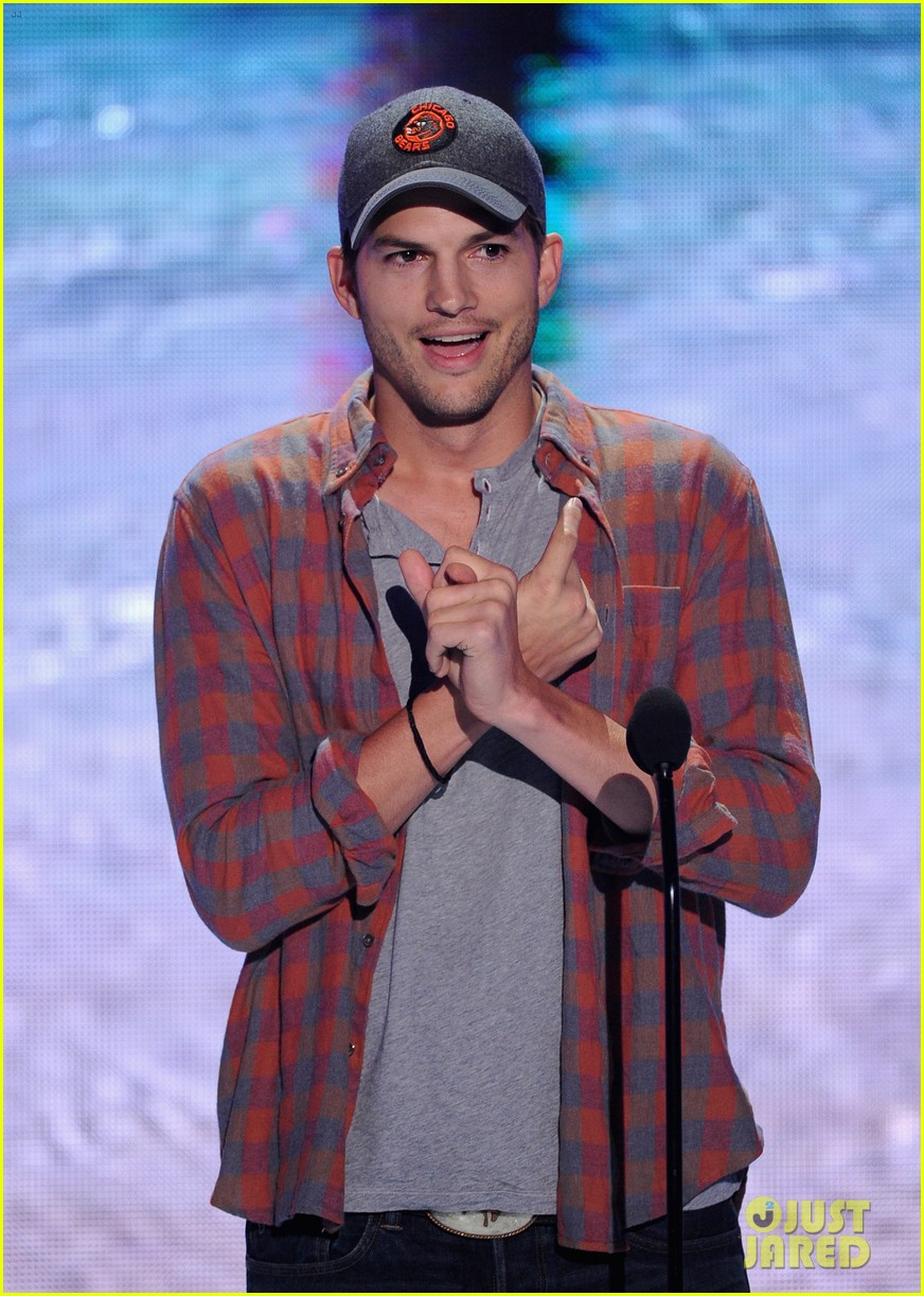 ashton kutcher wins old guy award at teen choice awards 12
