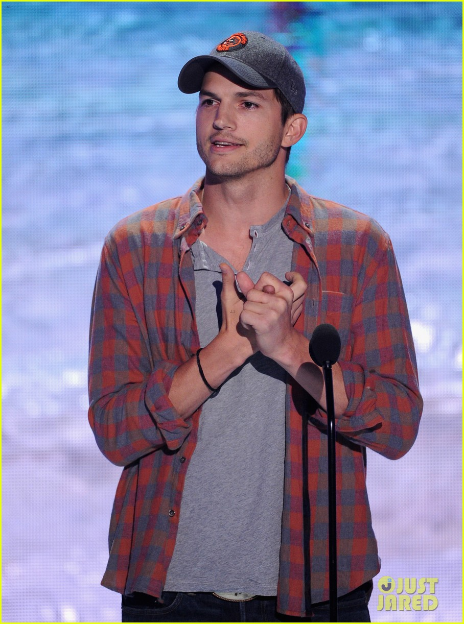 ashton kutcher wins old guy award at teen choice awards 142928268
