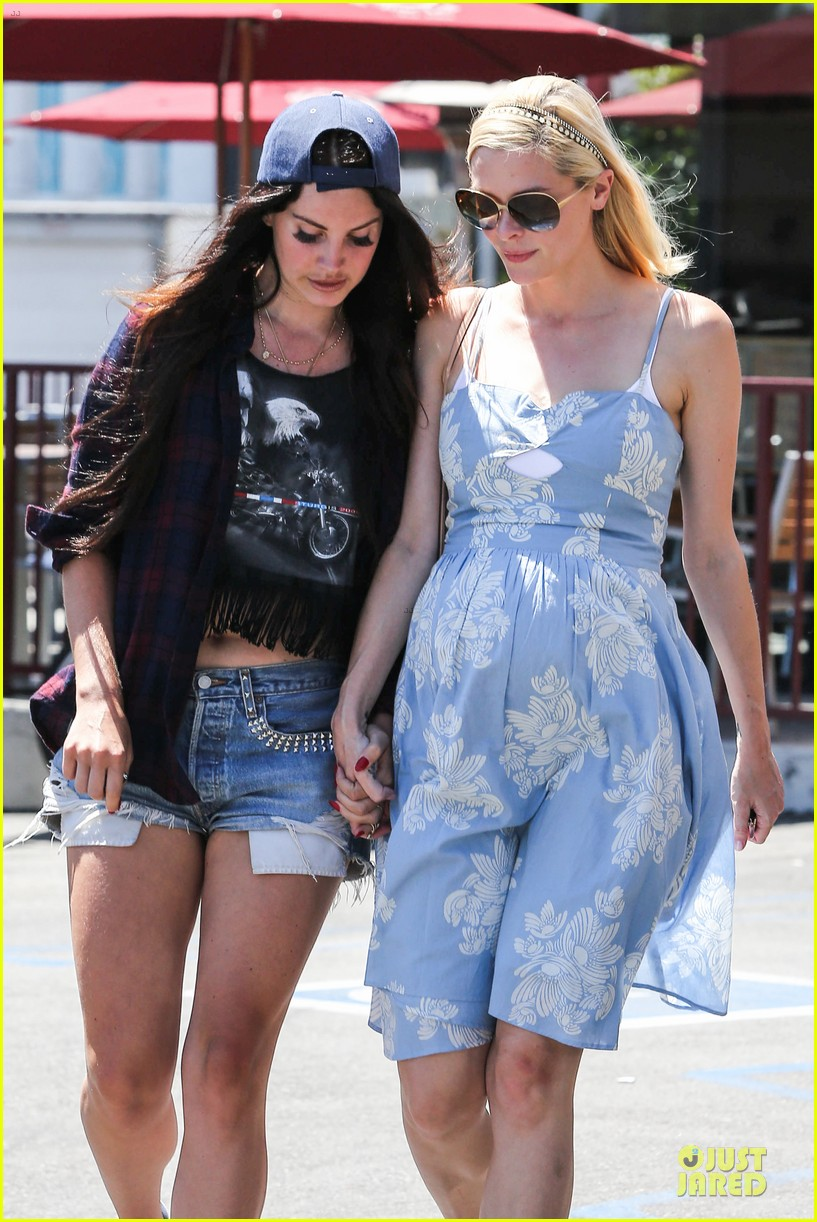 lana del rey jaimie king hold hands at coffee bean 12