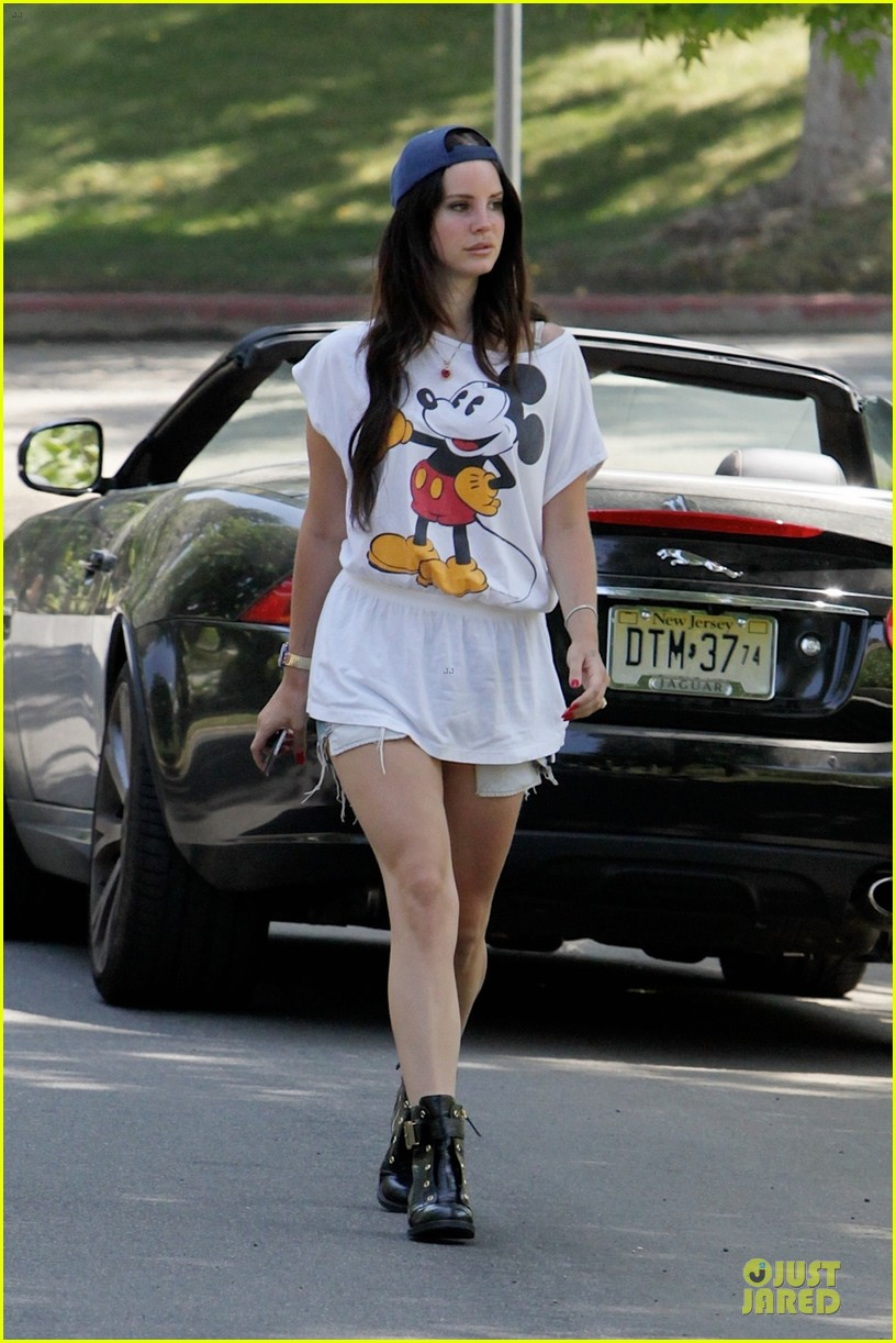lana del rey shows inner child with mickey mouse 042929729