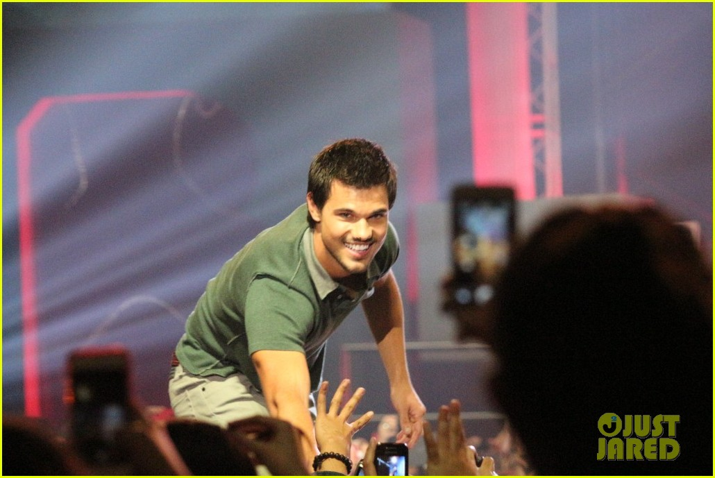 taylor lautner promotes bench clothing in the philippines 01