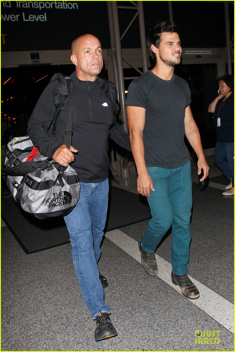 taylor lautner flies without marie avgeropoulos 03