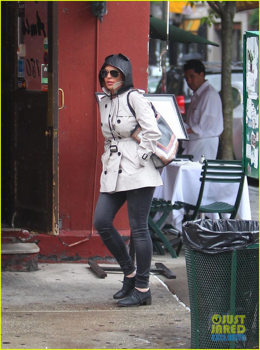 lindsay lohan bundles up on rainy day in new york city 082939590