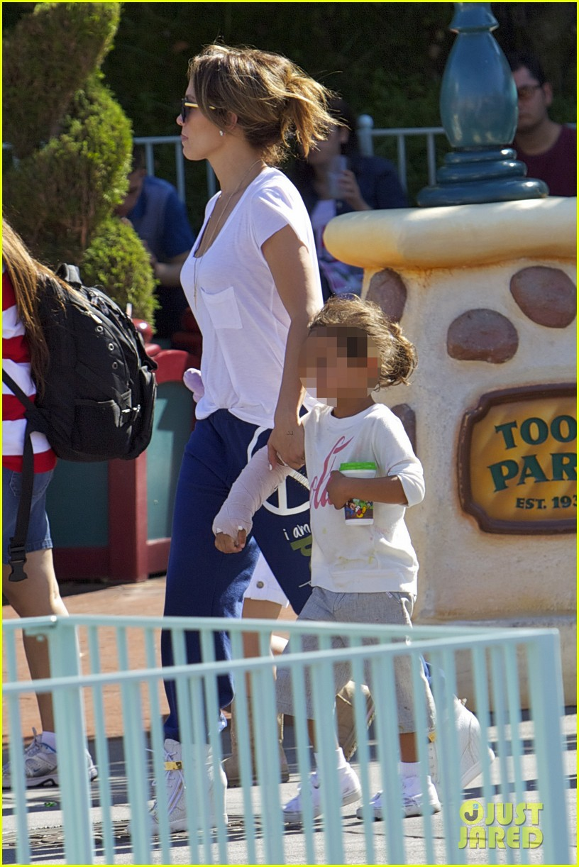 jennifer lopez spends fun day at disneyland with the kids 10