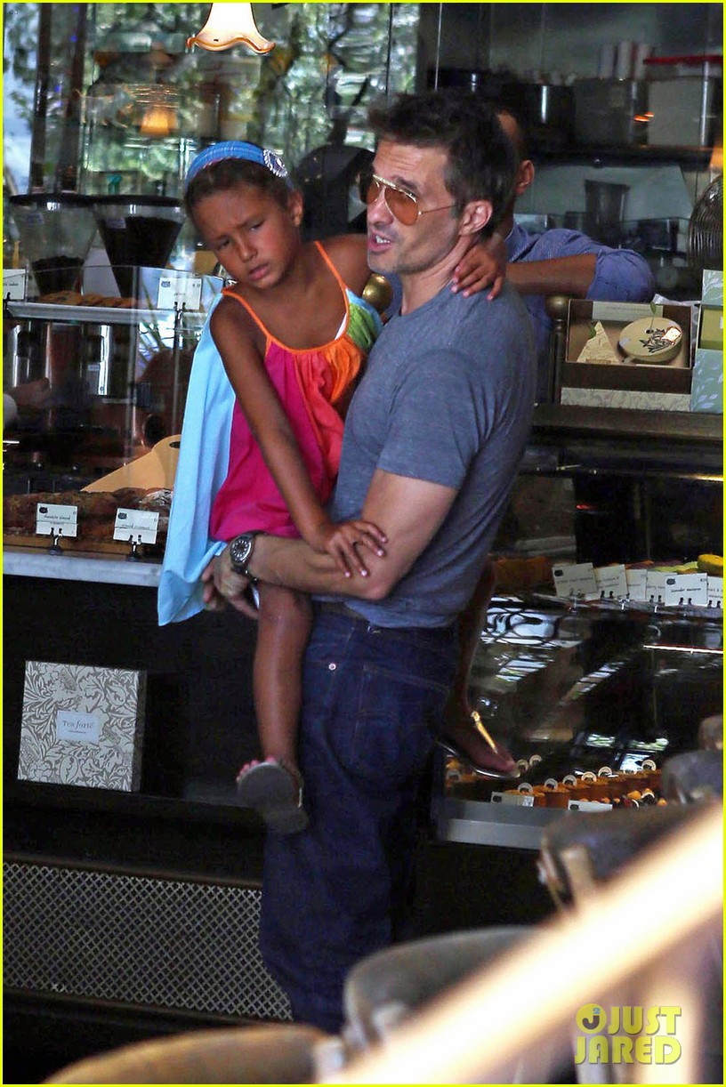 olivier martinez halle berry b day cake shopping with nahla 03