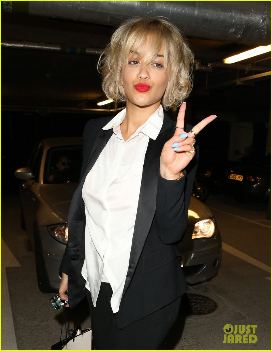 rita ora shows off new short hairdo at percy reed salon 18