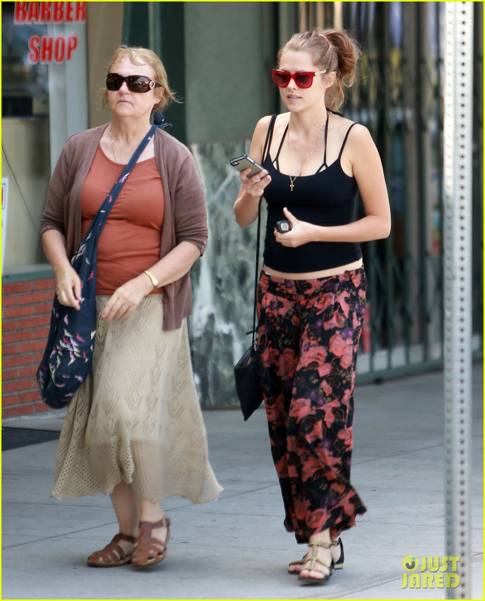 teresa palmer shows off tiny baby bump after pregnancy news 082929449