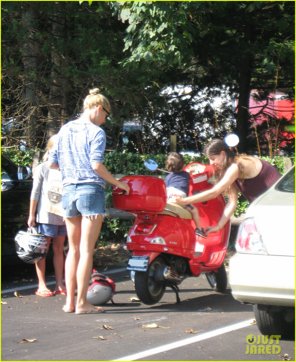 gwyneth paltrow apple moped to coffee shop 06