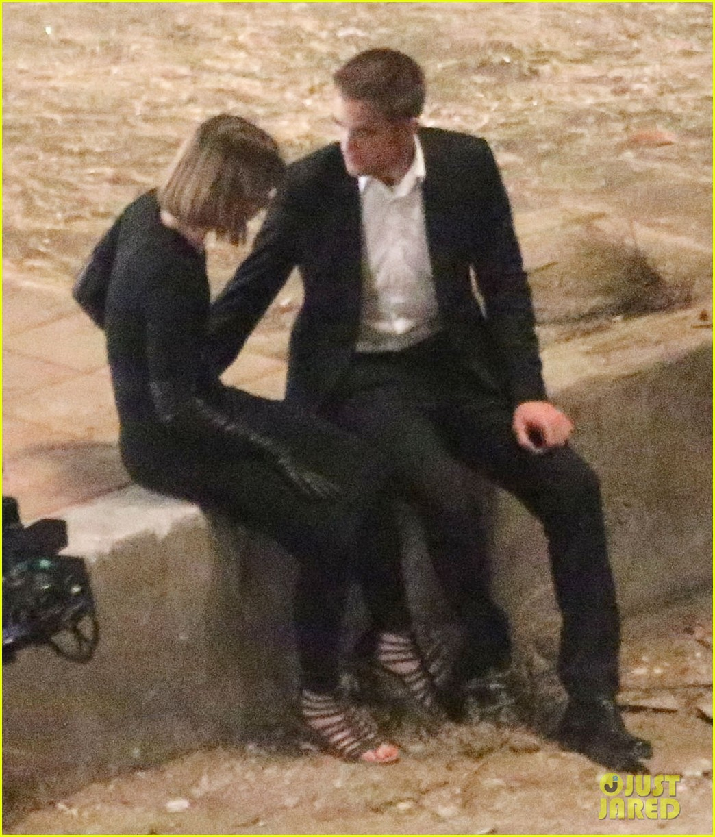 robert pattinson passionately kisses mia wasikowska for map 16