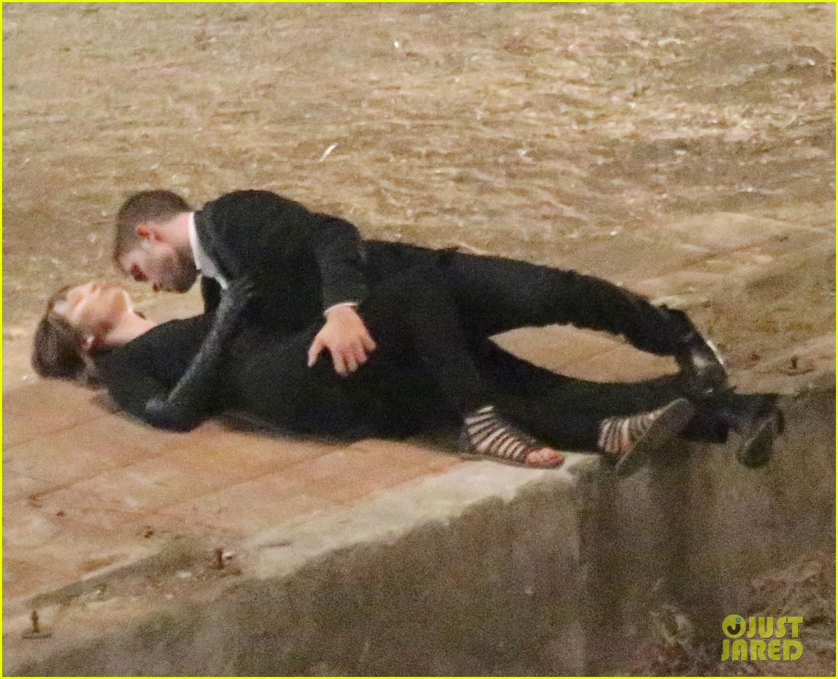 robert pattinson passionately kisses mia wasikowska for map 18