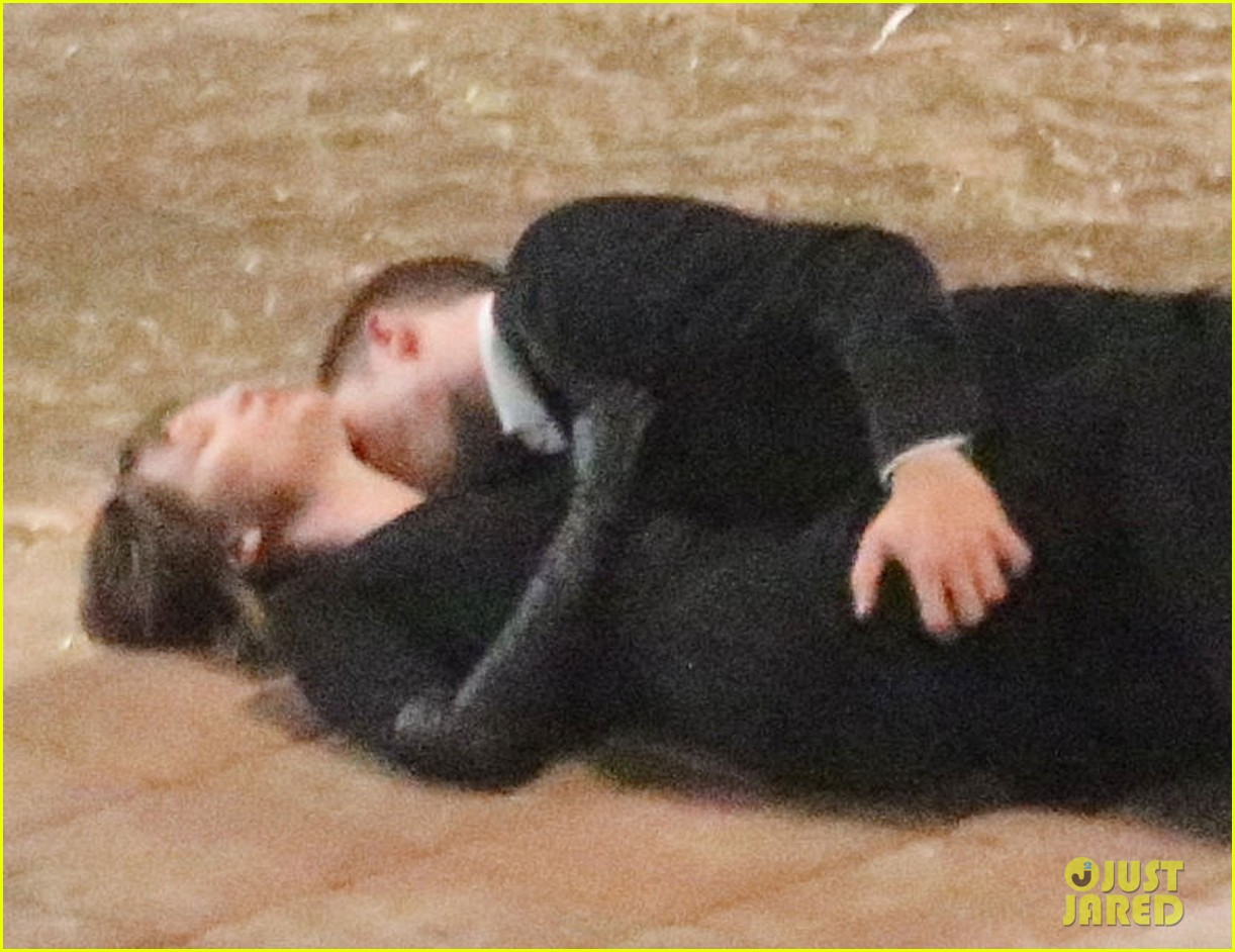 robert pattinson passionately kisses mia wasikowska for map 202935459