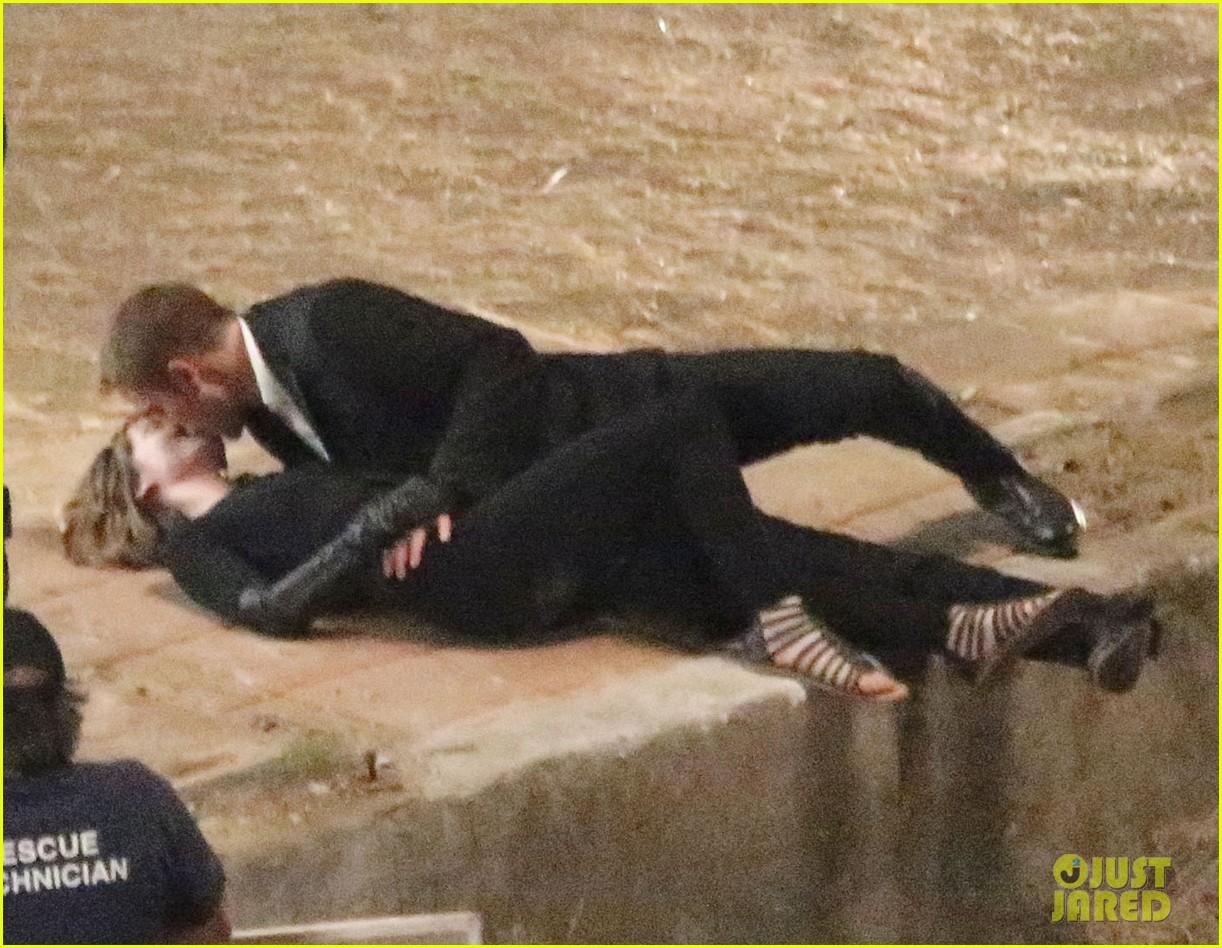 robert pattinson passionately kisses mia wasikowska for map 272935466