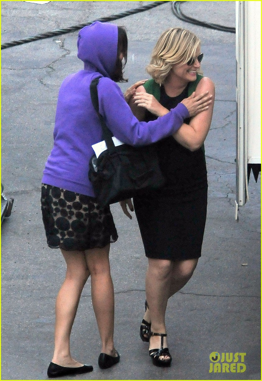 amy poehler playfully kisses aubrey plaza on parks rec set 05