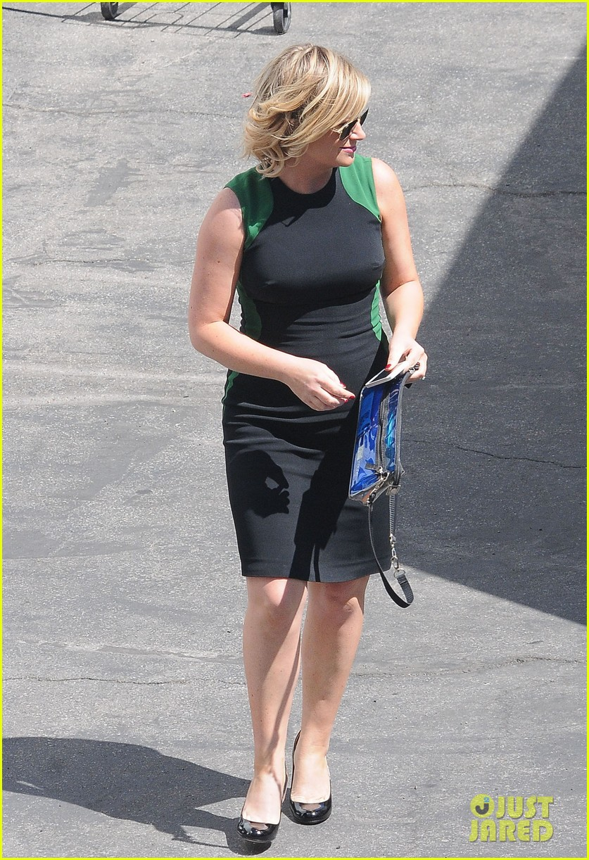 amy poehler playfully kisses aubrey plaza on parks rec set 07