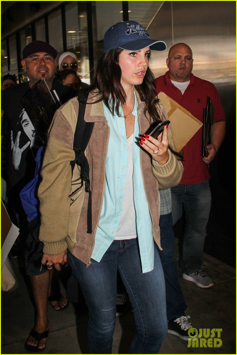 lana del rey catches cab at lax after lollapallooza 092923145