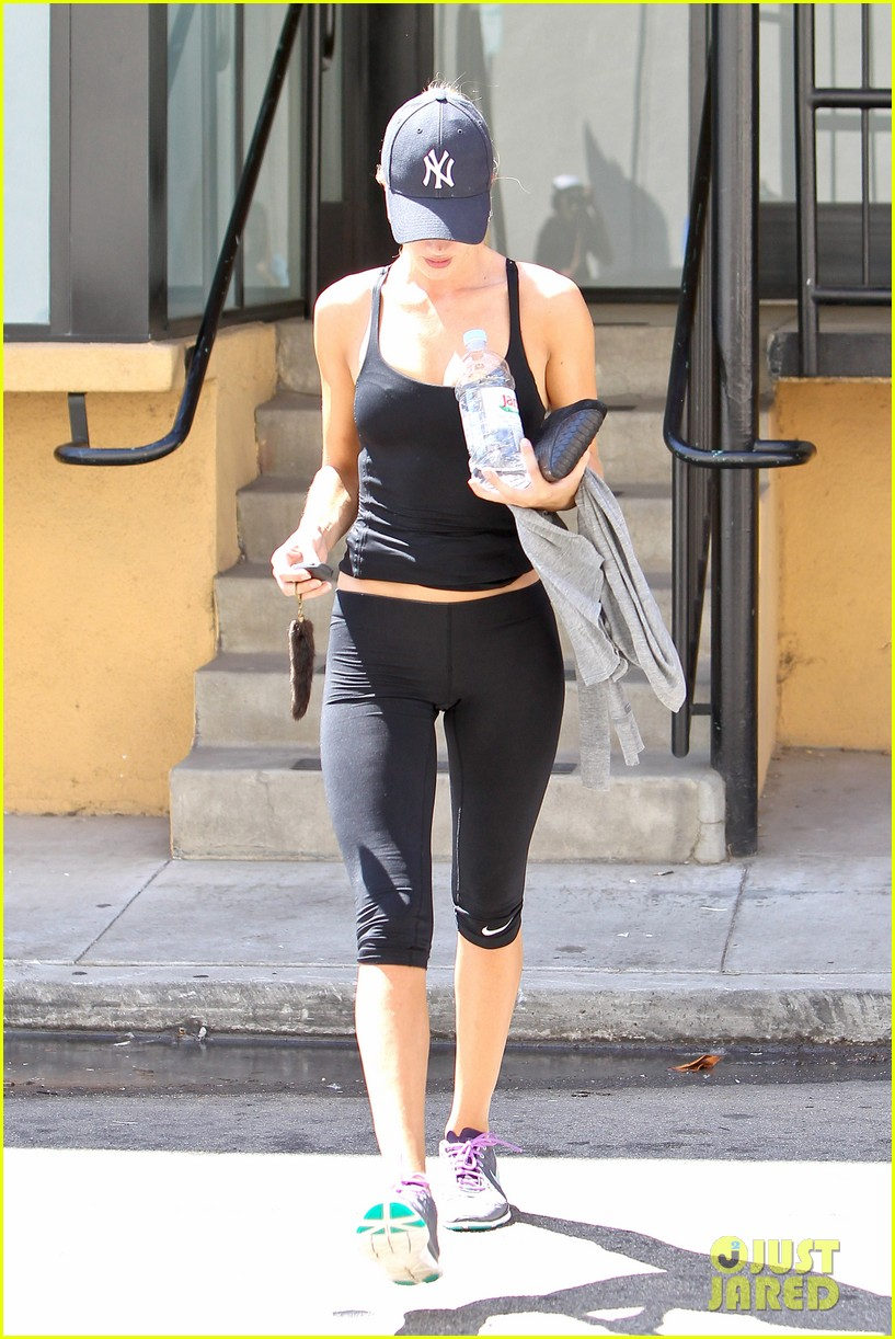 rosie huntington whiteley flashes toned tummy at gym 08