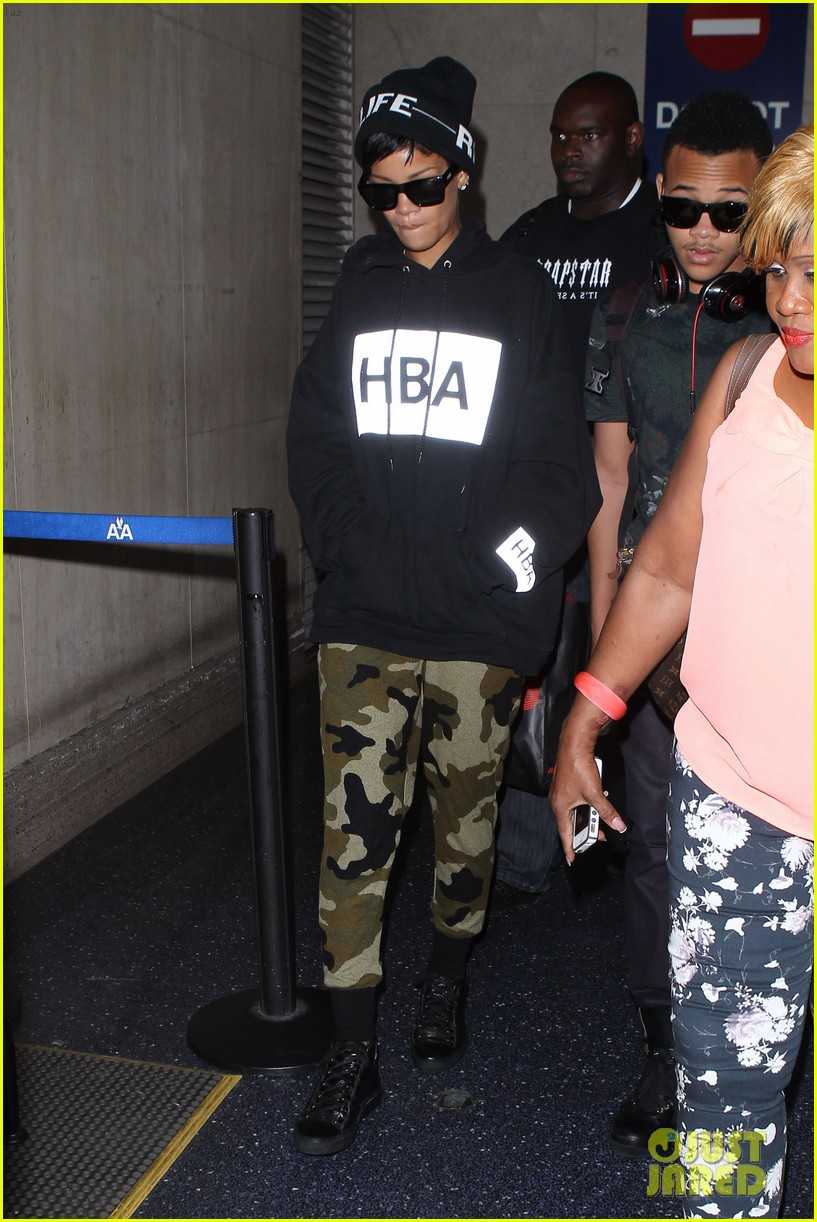 rihanna lax arrivial with the family 10