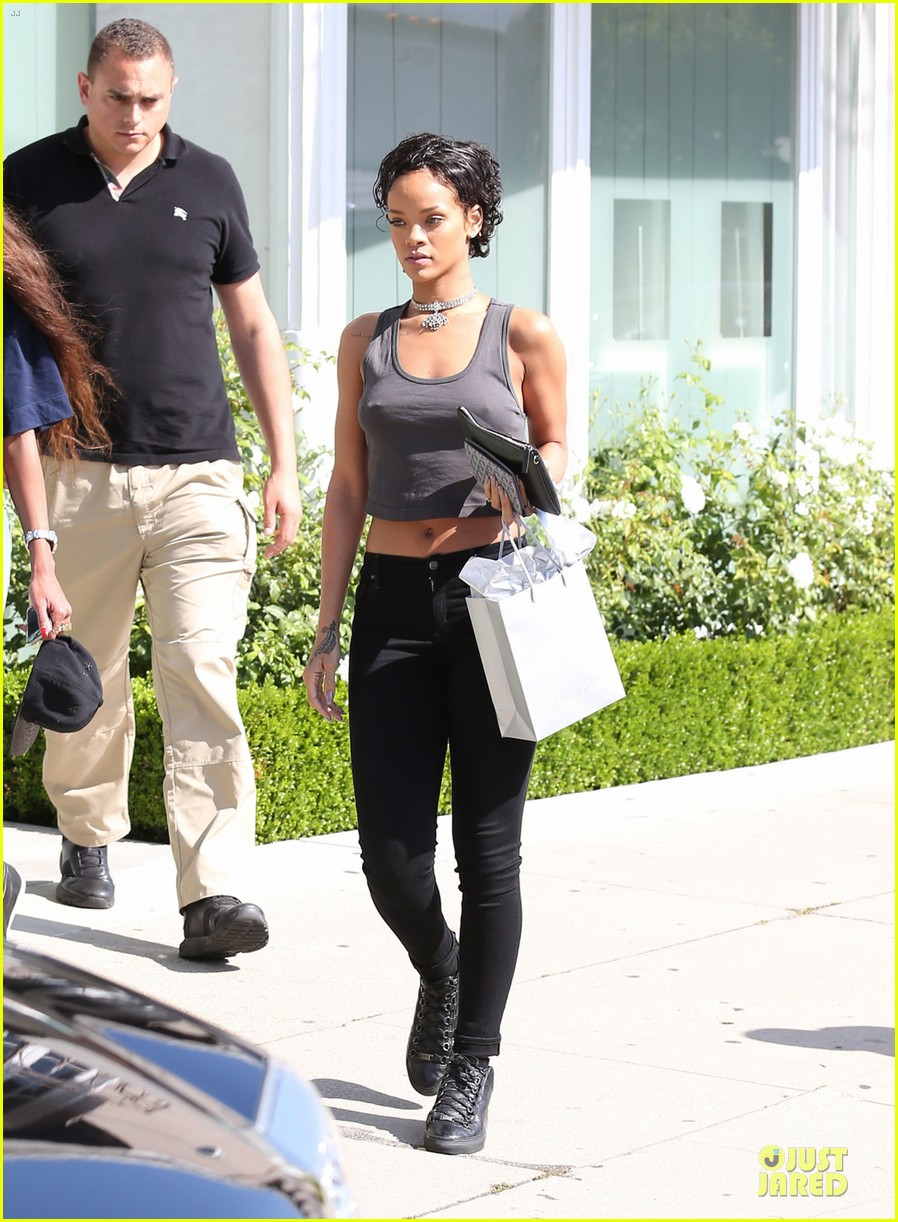 rihanna debuts short hair after topshop court case win 01