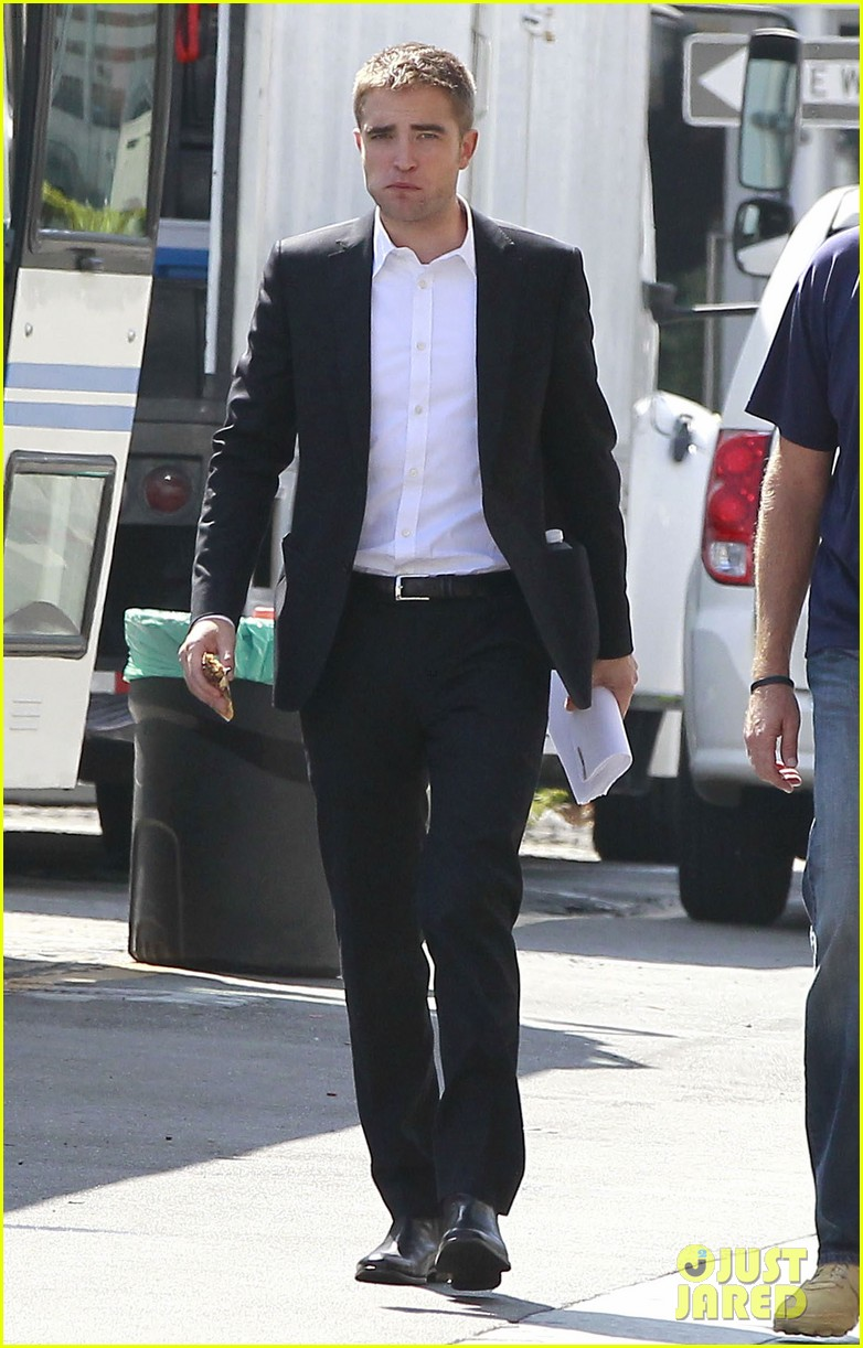 robert pattinson suits up for maps to the stars with julianne moore 34
