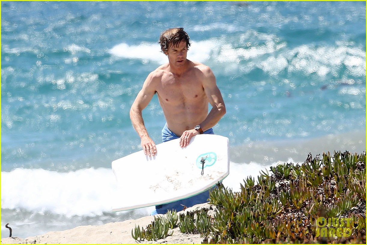 julia roberts family beach day with shirtless danny moder 02