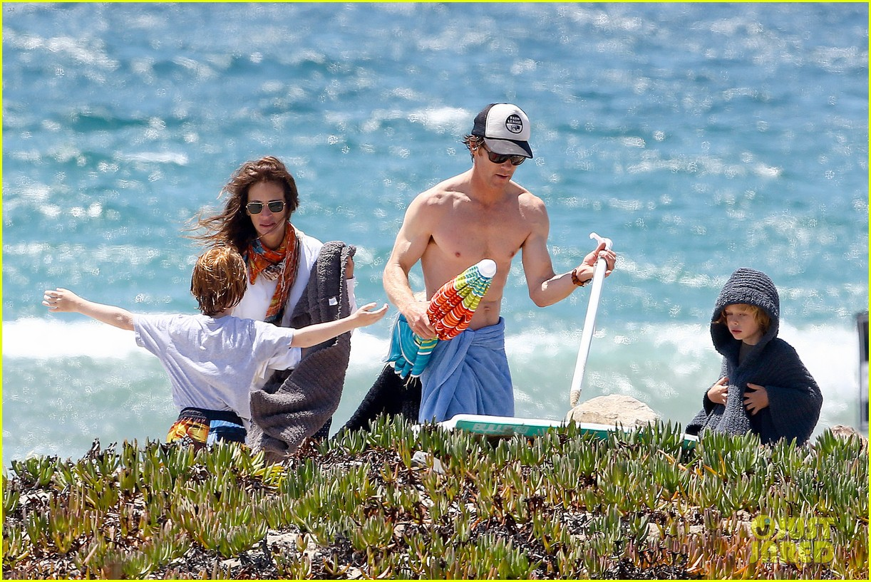 julia roberts family beach day with shirtless danny moder 05