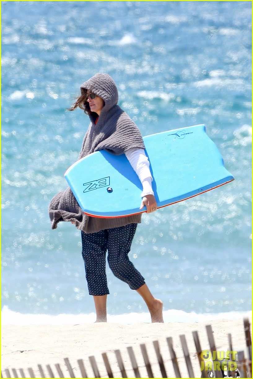 julia roberts family beach day with shirtless danny moder 27