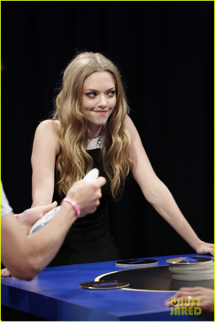 amanda seyfried plays catch phrase on late night with jimmy fallon 012925785